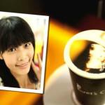 La cara del consumidor en la espuma de su café